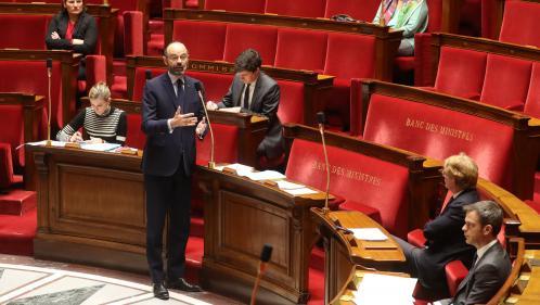 """VIDEOS. Coronavirus : face à l'Assemblée en format restreint, Edouard Philippe fustige les trafics de masques de protection et loue les """"initiatives de solidarité"""""""