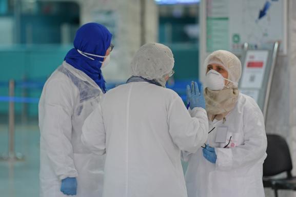 A l\'aéroport de Tunis-Carthage, du personnel de santé attend, le 10 mars 2020, l\'arrivée de passagers pour mesurer leur température.