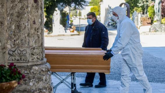 Les pompes funèbres transportent le cercueil d\'une personnedécédée du coronavirus, à Bergame, en Italie, le 16 mars 2020.