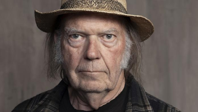 """Neil Young entame des """"Séances au coin du feu"""" de toute beauté en temps de confinement"""