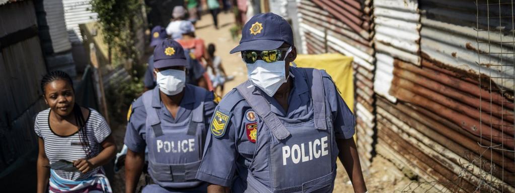 Des policiers sud-africains patrouillent à Johannesbourg le 21 mars 2020.