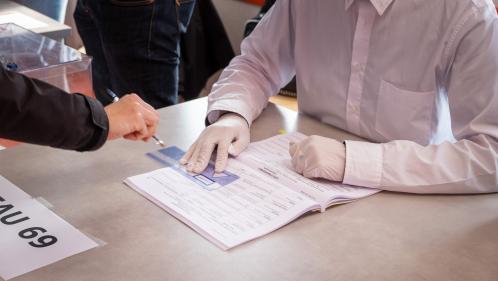 """""""Les élections municipales auraient dû être annulées"""" : ils ont été contaminés au coronavirus après avoir tenu des bureaux de vote"""