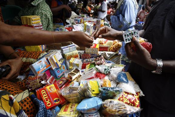 Etalage de médicaments contrefaits sur un marché d\'Abidjan (le 14 juin 2007)