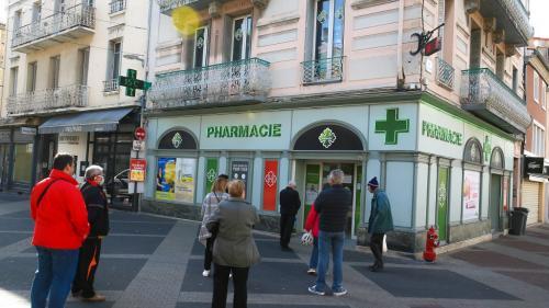 VIDEO. Coronavirus : les femmes victimes de violences conjugales pourront donner l'alerte dans les pharmacies, annonce Christophe Castaner