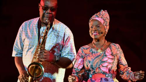 En hommage à Manu Dibango, France Télévisions diffuse un concert et un spectacle avec le saxophoniste de légende