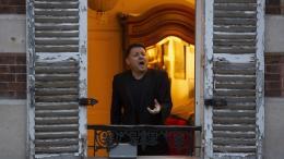 A Paris, le chanteur lyrique Stéphane Sénéchal se produit tous les soirsà sa fenêtre, à 19h, depuis le début du confinement. Il entonne des morceaux d\'opéra pour égayer le quotidien de ses voisins.