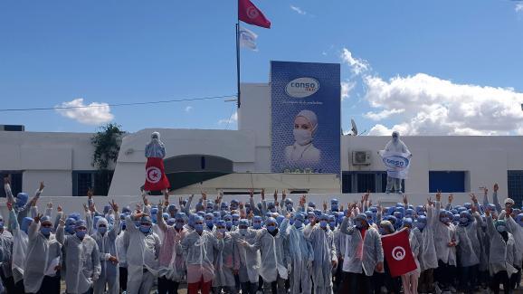 Les employées en confinement volontaire, dans leur usine à Kairouan, le 26 mars 2020.