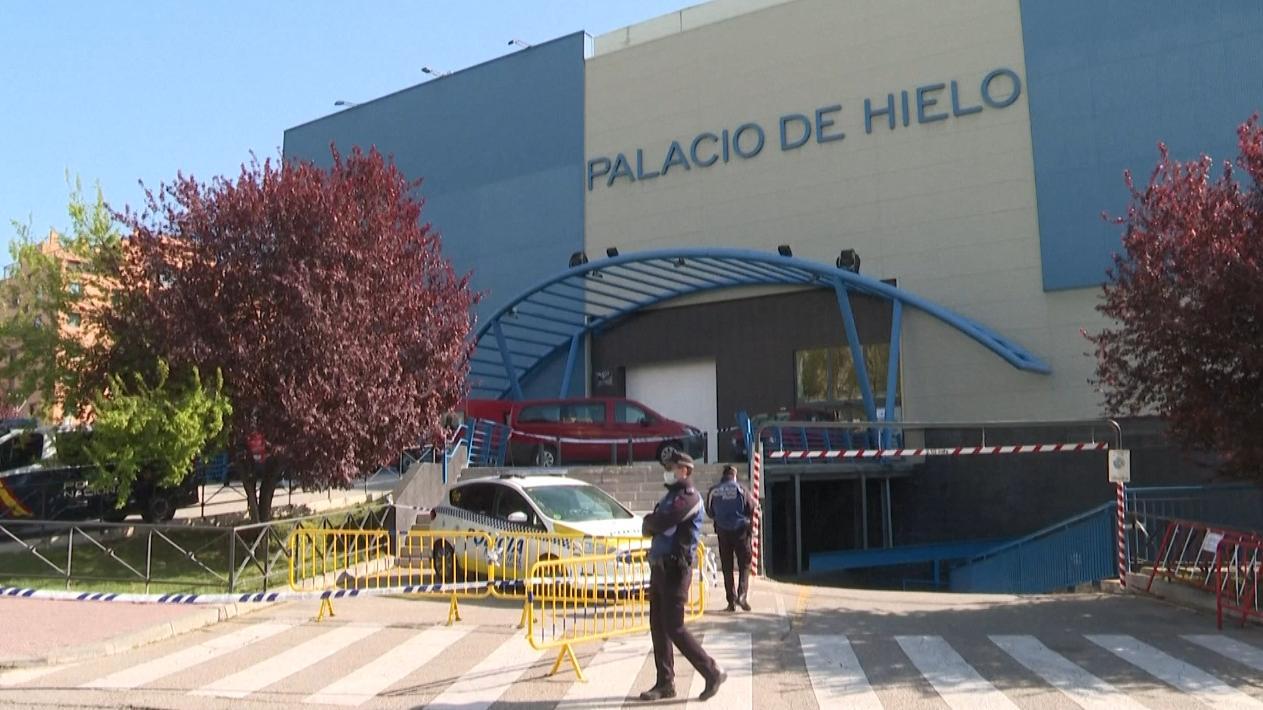 VIDEO. Coronavirus : à Madrid, la grande patinoire transformée en morgue est devenue le symbole de la crise sanitaire en Espagne