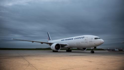 Coronavirus : un premier avion avec 5,5 millions de masques en provenance de Chine atterrit à Roissy