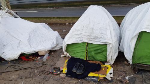 """""""Beaucoup de gens sont confinés dehors"""" : des associations alertent sur la situation de migrants à la rue en région parisienne"""