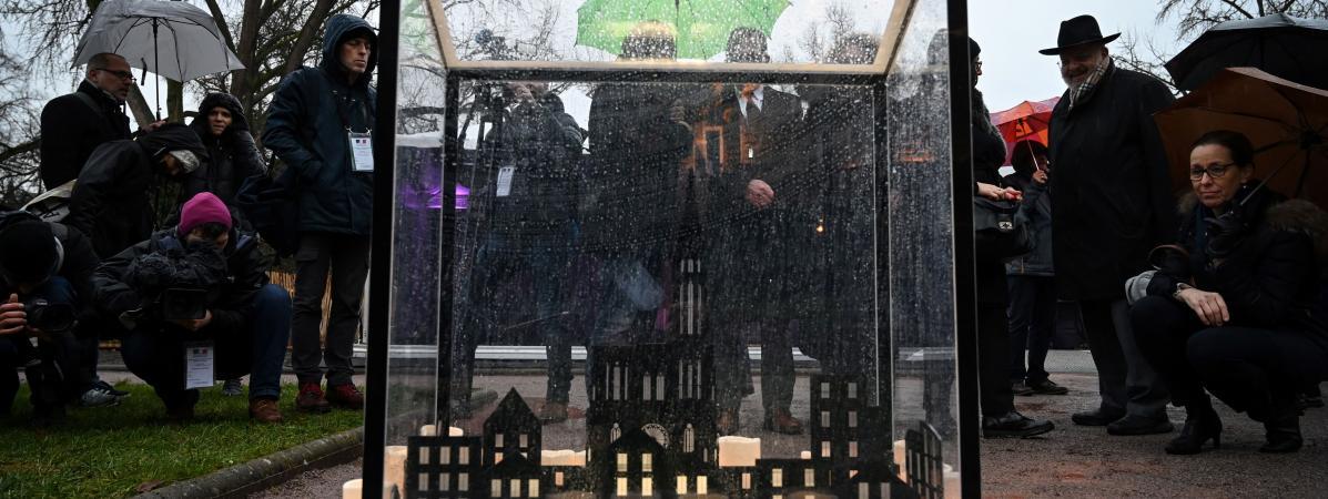 Des personnes rendent hommage aux victimes de l\'attentat de Strasbourg (Bas-Rhin), le 11 décembre 2019, un an après l\'attaque qui a fait cinq morts aux abords du marché de Noël.