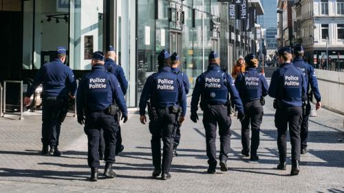 Pendant l'épidémie de coronavirus, cracher sur la police est passible de prison en Belgique