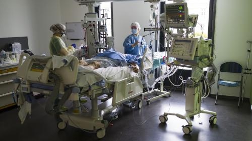 """Coronavirus : """"Des gens décèdent malheureusement seuls, sans leur famille"""", explique un médecin réanimateur"""