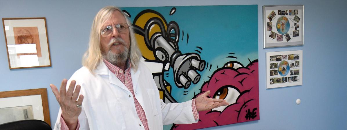 Didier Raoult, directeur de l\'IHU Méditerranée Infection de Marseille, le 26 février 2020 dans son bureau.
