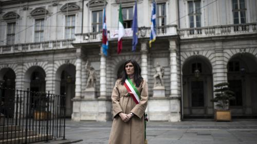"""Italie: une minute de silence et les drapeaux en berne en """"souvenir des victimes du coronavirus"""""""