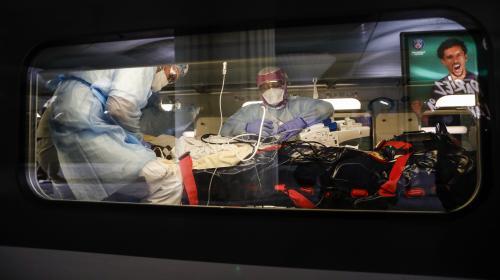 """Transferts de malades du coronavirus par train : """"On peut transporter un malade sur 7 000 kilomètres sans difficulté"""", affirme un urgentiste"""