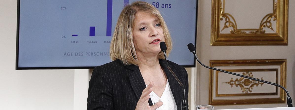 Karine Lacombe,cheffe de service des maladies infectieuses à l'hôpital Saint-Antoine à Paris, parle lors d\'une conférence de presse avec le Premier ministre Edouard Philippe, le 28 mars 2020.