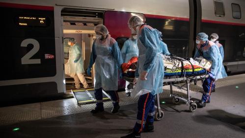 """""""C'est comme une mini-salle de réanimation"""": à bord des TGV médicalisés qui transportent les patients atteints par le coronavirus vers des hôpitaux bretons"""