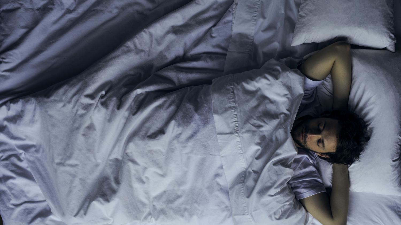 Un vrai emploi du temps, moins d'écrans et pas de café après 15h : les conseils d'un médecin pour mieux dormir en confinement