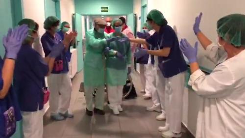 VIDEO. Coronavirus : un patient de 93ans salué par une haie d'honneur après sa guérison en Espagne
