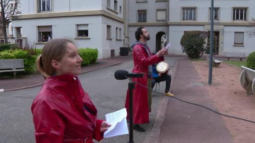 Confinement : à Lyon, deux comédiens se font crieurs publics pour faire passer des messages aux habitants d'une résidence