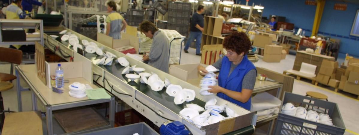 A Plaintel, dans les Côtes d'Armor, des millions de masques étaient fabriqués chaque année jusqu'à la fermeture du site en 2018.Photo d\'archive prise en 2001.