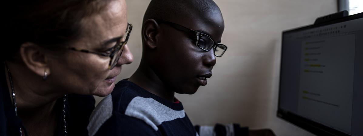 Un enfant autiste suit un cours dispensé par une enseignante spécialisée, en octobre 2019 à Aulnay-sous-Bois (Seine-Saint-Denis).