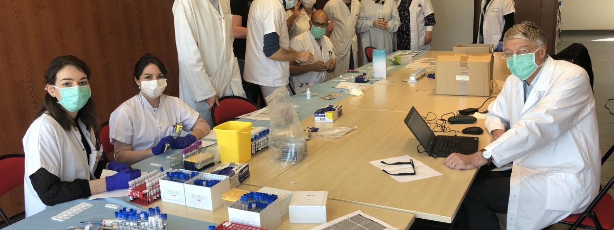 Des équipes du laboratoire des agents infectieux du CHU de Saint-Etienne réalisent un essai, jeudi 2 avril 2020, avec le prototype de test sérologique développé par la société BioSpeedia.