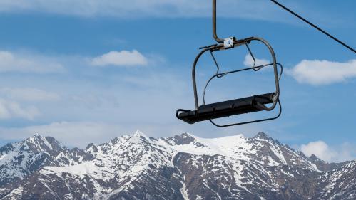 VIDEOS. Dans le salon ou dans le jardin, des skieurs en manque de montagne inventent le ski pour confinés
