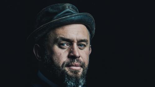 """Pour son premier album solo, Mister Mat reste """"Désespérément Optimiste"""" avec la complicité de Gaëtan Roussel"""