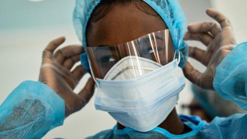 """Coronavirus : """"45 entreprises [en France] travaillent pour faire des masques qui donnent des garanties d'un très haut niveau"""", assure Christophe Castaner"""