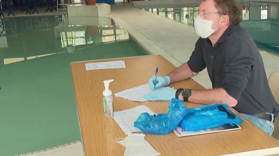 Comment faciliter la vie de toutes les personnes qui continuent à travailler durant l\'épidémie de Covid-19 ? La municipalité de Denain (Nord) met à disposition les vestiaires de la piscine de la ville afin que tous les travailleurs s\'y douchent avant de rentrer chez eux.