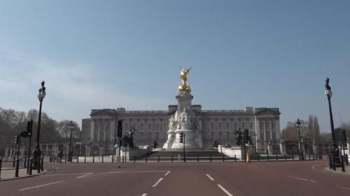 VIDEO. Confinement à Londres : les abords du palais de Buckingham déserts, la relève de la garde suspendue