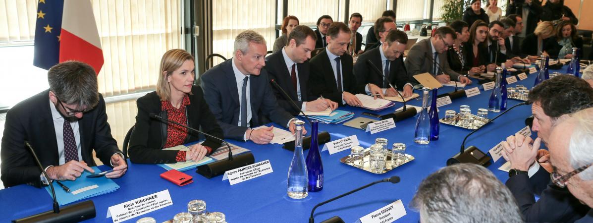 Le ministre de l\'Economie, Bruno Le Maire, et sa secrétaire d\'Etat, Agnès Pannier-Runacher, reçoivent le président du Medef, Geoffroy Roux de Bézieux, le 3 mars 2020 à Paris.