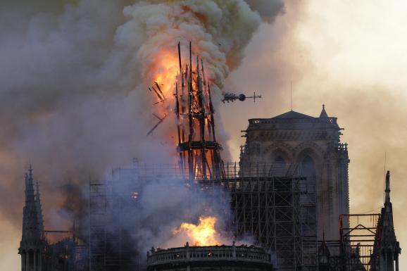 Le 15 avril 2019, lors de l'incendie de Notre-Dame de Paris, lorsque la flèche de la cathédrale cède et tombe sous l'assaut des flammes.