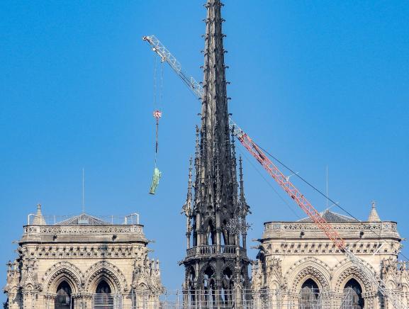 Les 16 statues de cuivre qui ornaient la toiture de Notre-Dame de Paris rejoignaient la terre ferme le 11 avril 2019 pour permettre la restauration intégrale de tous les éléments qui composaient la flèche de la cathédrale. Quatre jours plus tard, l'incendie de l'édifice allait emporter la flèche à jamais.