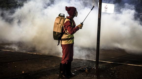 Opération de désinfection dans un marché de Nairobi au Kenya le 15 avril 2020