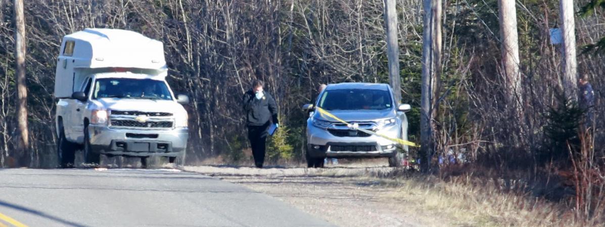 Des policiers inspectent un véhicule alors qu\'un homme armé a fait au moins 16 morts, à Debert, au Canada, dans la nuit du 18 au 19 avril 2020.