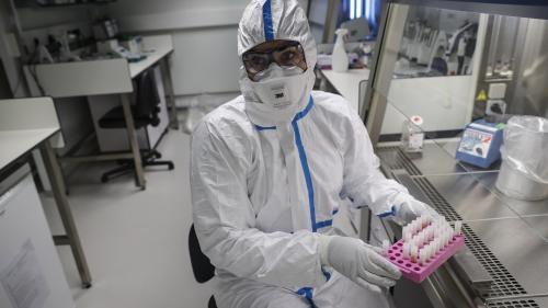 """VIDEO. """"Nous avons fait entre 4 à 5 mois ce que l'on fait habituellement en 24 mois"""" : dans le quotidien des chercheurs de l'Institut Pasteur, qui tentent de mettre au point un vaccin contre le Covid-19"""