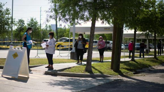 Des personnes attendent pour être testées pour le Covid-19 à la Nouvelle-Orléans, en Louisiane (Etats-Unis), le 21 avril 2020.