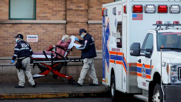 Une patiente est amenée aux urgences de l\'hôpital Maimonides, dans le quartier de Brooklyn à New York (Etats-Unis), le 13 avril 2020.