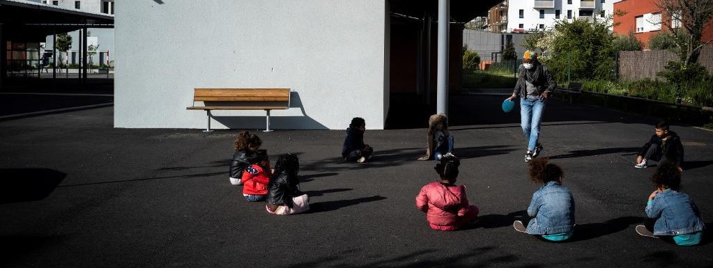 Des enfants de personnels soignants ou de policiers jouent dans la cour d\'une école élémentaire de Toulouse, le 16 avril 2020.