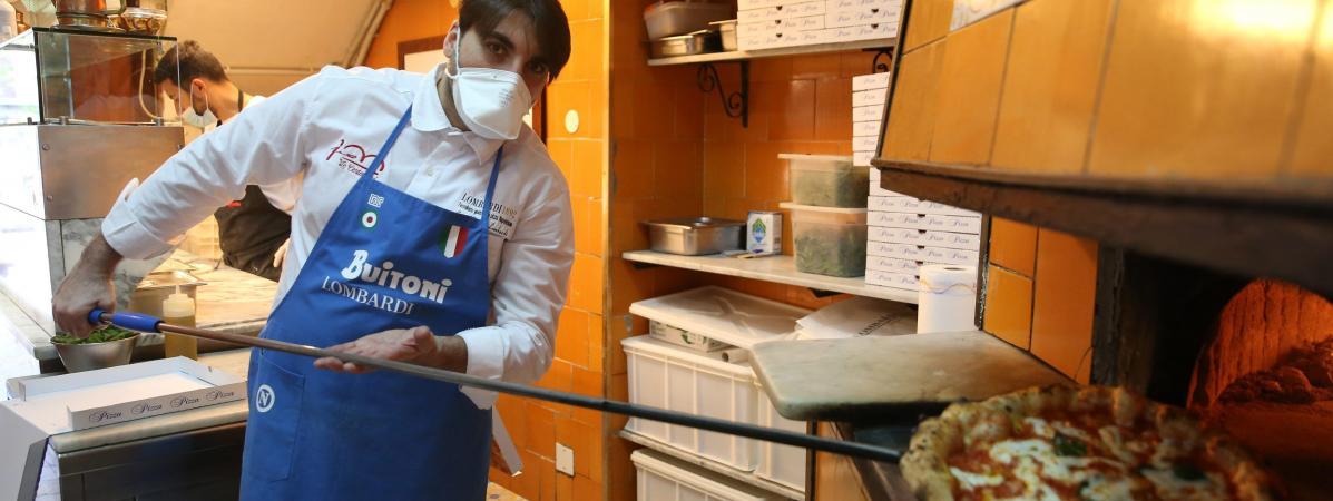 Un pizzaïolo napolitain prépare à nouveau des pizzas, après l\'autorisation donnée dans la région de Naples (Italie) à le reprise des livraisons, le 27 avril 2020.