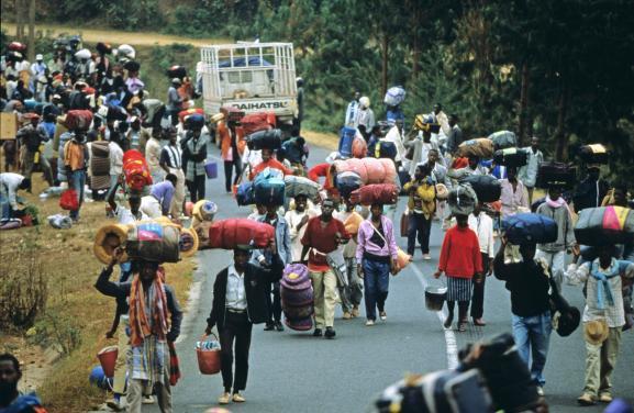 Exode de réfugiés sur une route du Rwanda en juillet 1994 à l\'époque du génocide perpétré par des extrémistes hutus contre la population tutsie et des hutus modérés