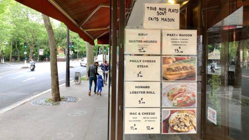 """""""Ça permet aux gens de ne pas faire à manger tous les jours"""" : pendant le confinement, cafés et restaurants misent sur la vente à emporter"""