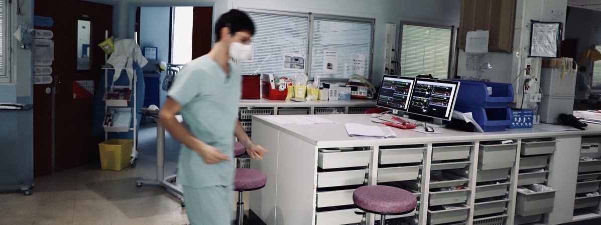 Le service de soins intensifs réservés aux malades du Covid-19, au sein de l\'hôpital Saint-Anne, à Paris, le 10 avril 2020.