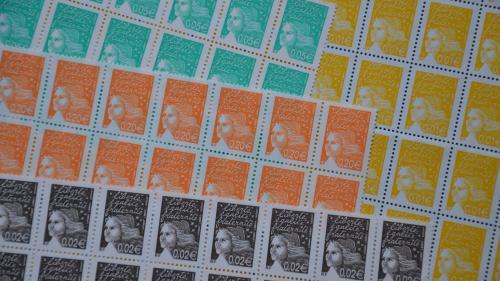Le prix des timbres est de nouveau en augmentation. Les services postaux sont toujours plus chers, mais La Poste entend ainsi assurer la pérennité du service universel : 1,43 euro le timbre rouge le 1er janvier 2022, soit 15 centimes d'augmentation.