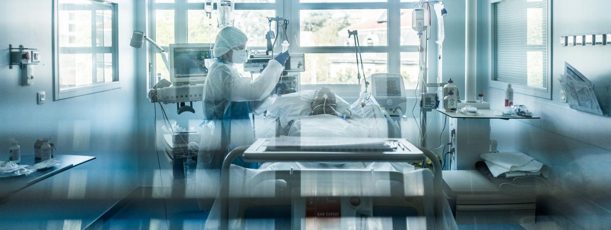 Unsoignant au chevet d\'un malade du Covid-19 dans une clinique de Lyon, le 3 avril 2020.
