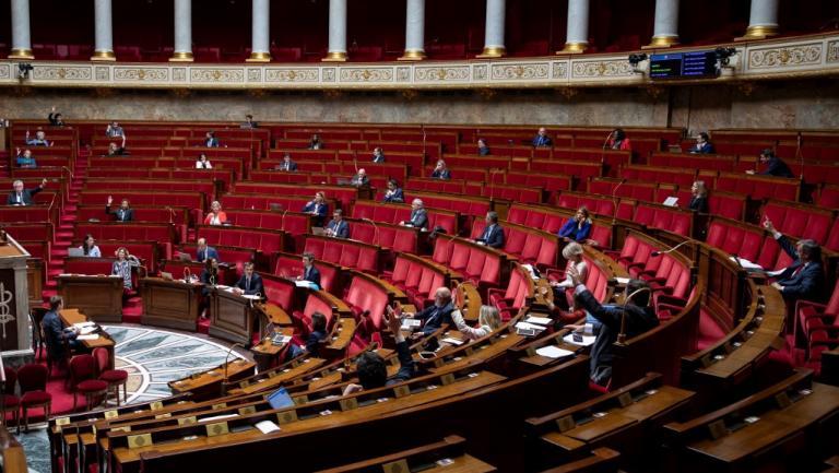 Des députés siègent à l\'Assemblée nationale, à Paris, le 8 mai 2020.