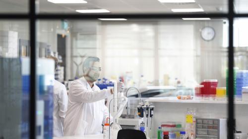 """""""Ni le patient, ni le médecin ne doivent savoir qui prend quel comprimé"""" : au cœur d'un essai clinique sur l'hydroxychloroquine à Paris   https://www.francetvinfo.fr/sante/maladie/coronavirus/ni-le-patient-ni-le-medecin-ne-doivent-savoir-qui-prend-q"""